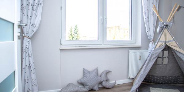 Dekoracja okna w dziecięcym pokoju